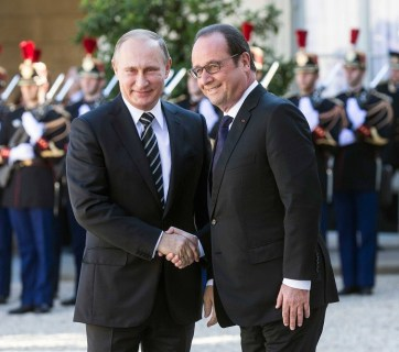 Francois Hollande and Vladimir Putin before a meeting on Ukraine at the Elysee Palace in October 2015. (Image: EPA)
