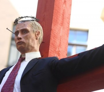 "A statue of a ""crucified Putin"" by an anonymous artist appeared in Riga, Latvia on 15 May 2015. Photo: ТВ5"