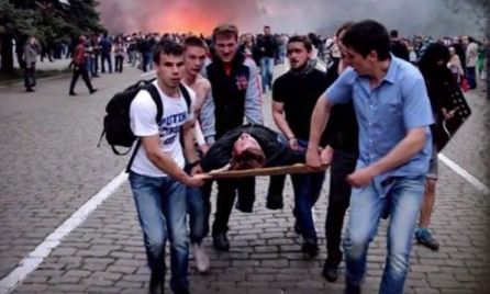 Euromaidan activists help evacuate Antimaidan survivors of the fire. Photo by Oleh Kutskyi, shapshot from video (46:50)