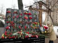 A woman brings flowers to a memorial to slain Euromaidan activists on Vulytsia Institutska. 20.02.2017. Photo: Alya Shandra