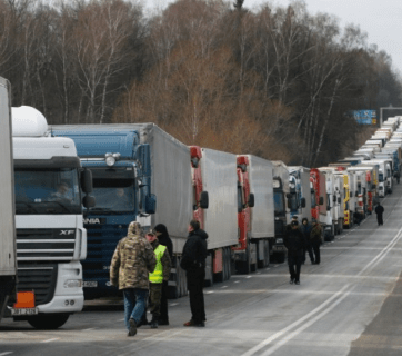 Russian long-haul truckers on strike (Image: znak.com)