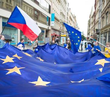 A giant EU flag is carried through the streets of Prague as part of the Pulse of Europe march on  4 June 2017. Photo: fb.com/pulseofeuropeczech