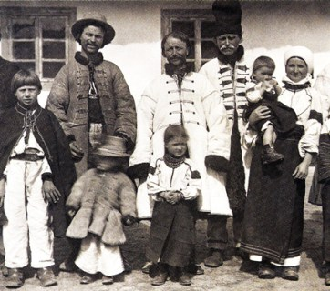 Ukrainian family from the village of Tyshkivtsi, Crownland of Galicia, Austro-Hungarian Empire (now Ukraine's Ivano-Frankivsk Oblast), 1890. Photo: discoverukraine.com.ua