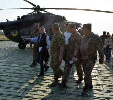 Special Representative for Ukraine Negotiations Kurt Volker visits the conflict zone in Donbas on 23 July 2017. Photo: mil.gov.ua