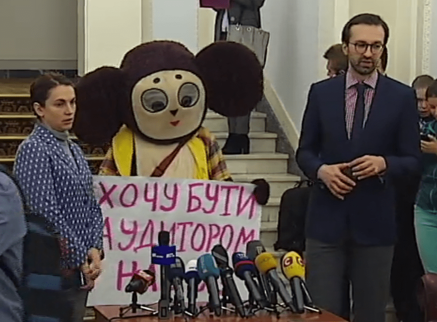 MP Serhiy Leshchenko (R) in the Verkhovna Rada. Kyiv, 20 March 2017. Screenshot: podrobnosti.ua