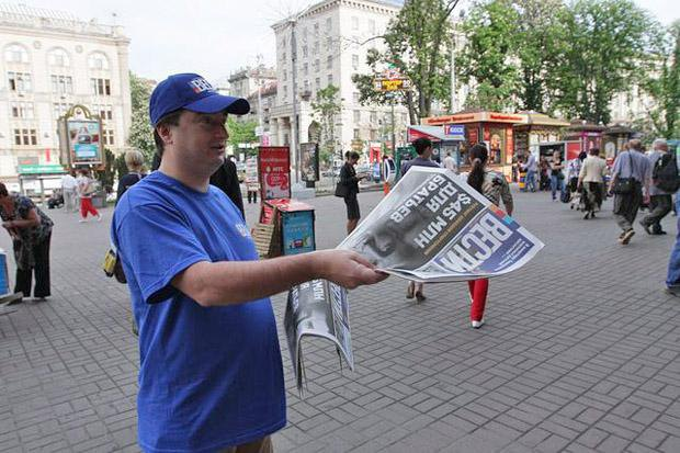 Ihor Huzhva hands out the free newspaper Vesti, an instrument of wide dissemination of pro-Kremlin messaging. Photo: anticor.com.ua