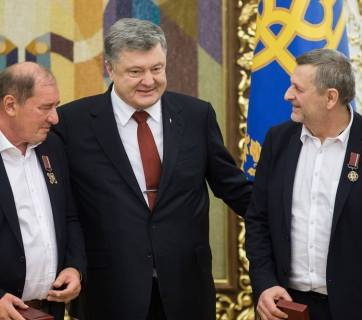 (L-R) Ilmi Umerov, Petro Poroshenko, Akhtem Chiygoz at their return from Russian captivity to Kyiv, Ukraine. Photo: president.gov.ua