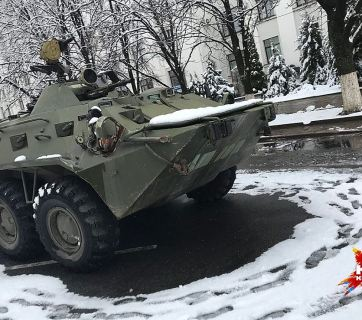 A BTR IFV sitting near the building of the former regional administration. Luhansk, 22 November 2017. Photograph: kp.ru