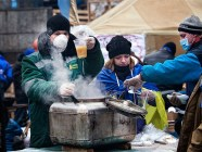 Volunteers serve tea during the Euromaidan revolution in Kyiv. Photo: open sources