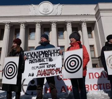 """Declarations for activists is the first step towards a dictatorship"" says the sign of a protester against the e-declaration requirement on 19 March 2018 in front of the Verkhovna Rada in Kyiv. Photo: rpr.org.ua"