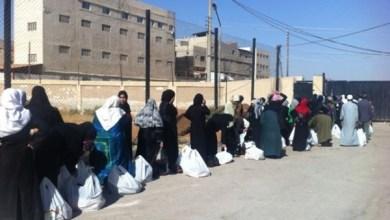 Photo of توزيع 300 طرد غذائية وخضار وخبز من أمام المدخل الجنوبي لمخيم اليرموك