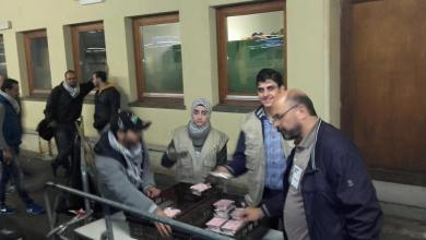 Photo of الوفاء تقدم الوجبات الساخنة على اللاجئين