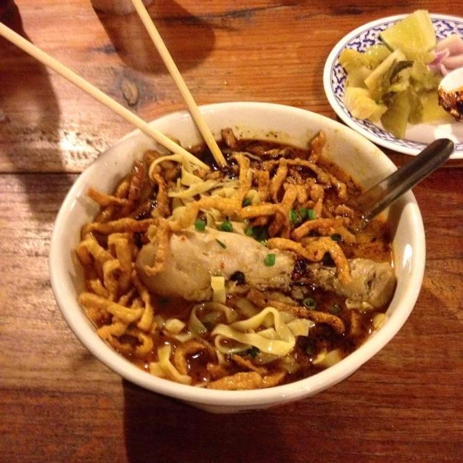 O melhor Khao Soi de Chiang Mai, no restaurante Huen Muan Jai. O delicioso curry estilo nortenho leva leite de coco, frango, macarrão e uma mistura especial de pimentas que me fez dar uma choradinha  Enquanto a maioria dos pratos tailandeses tem base de arroz, o khao soi é feito de macarrão cozido e finalizado com um punhado de macarrão crocante, resultado da influência chinesa no norte da Tailândia. Nham! O Huen Muan Jai é um restaurante super tradicional tailandês, dica do meu amigo @globotreks, que viveu em Chiang Mai por seis meses. Thanks, Norbert! #thaifood #khaosoi #eusouatoa #thailand #chiangmai