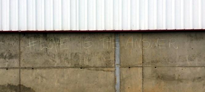 Imagem-4---muro-com-love-is-the-answer