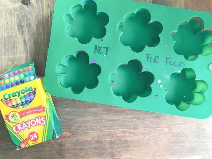 Everyday Party Magazine St. Patrick's Day Crayons #StPatricksDay #DIYCrayons #Lucky #FourLeafClover #FreePrintables