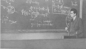 Матвей Бронштейн читает лекцию по теории гравитации