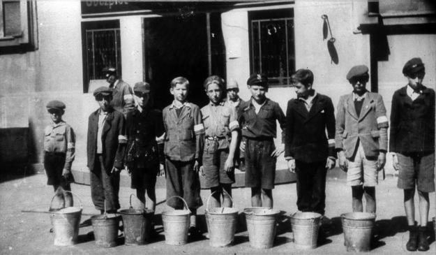 Warszawa 1944, chłopcy noszący wodę do szpitala na Solcu