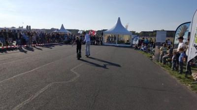 Vor einem großen Publikum traut sich ein Kleines Mädchen ihre ersten EWheel-Meter