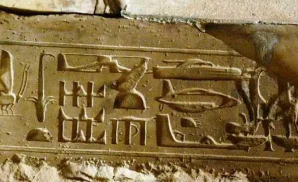 Jeroglíficos en helicóptero: Las inscripciones parecen representar aviones modernos.