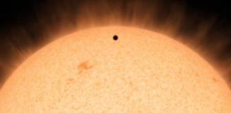 Esta concepción artística muestra la silueta de un planeta rocoso, llamado HD 219134b. A 21 años-luz de distancia, el planeta es el más cercano fuera de nuestro sistema solar que se puede ver cruzar, o en tránsito, su estrella.