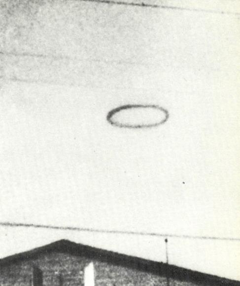 Extraño anillo negro que fue presenciado durante 5 minutos por u soldado y varios de sus compañeros del Fort Belvoir, Virginia, EE.UU.