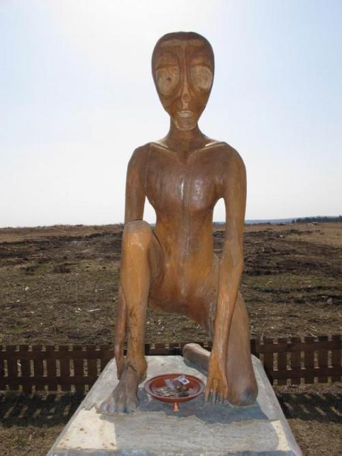 Estatua de un extraterrestre en Molebka, Rusia