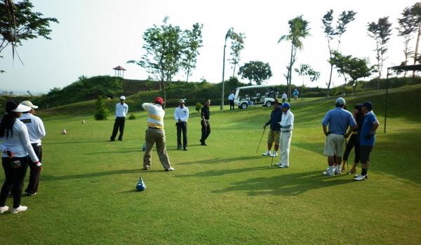 Orang sedang bermain golf