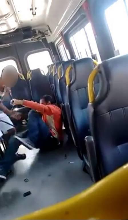 Marcelo sofreu agressão dentro de van na Zona Oeste  Homem com doença mental levou 68 golpes de cobrador de van print video agressao 4