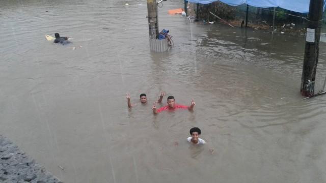 Rua em Curicica, Zona Oeste do Rio, fica alagada