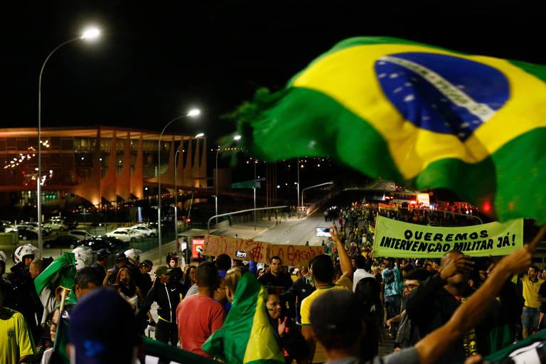 Manifestantes fazem protesto em apoio à greve dos caminhoneiros na Esplanada dos Ministérios nesta segunda (28)