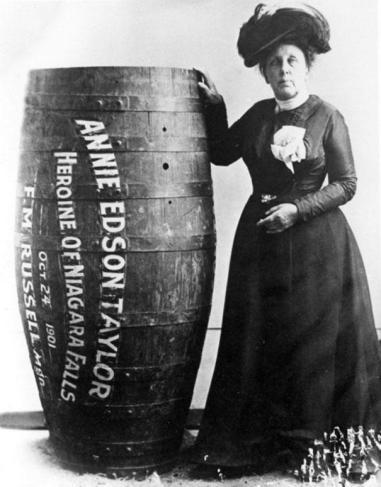 Annie Edison Taylor første person som overlevde å seine ned Niagarafossen i en tønne, 1901