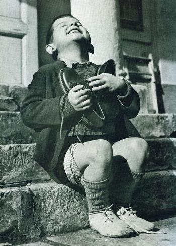 Gutt får nye sko under andre verdenskrig