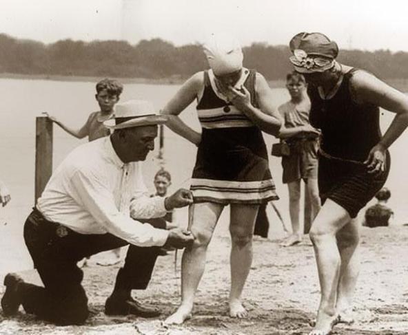 Måler lengden på badedrakten, er den for kort blir det bot, 1920 årene