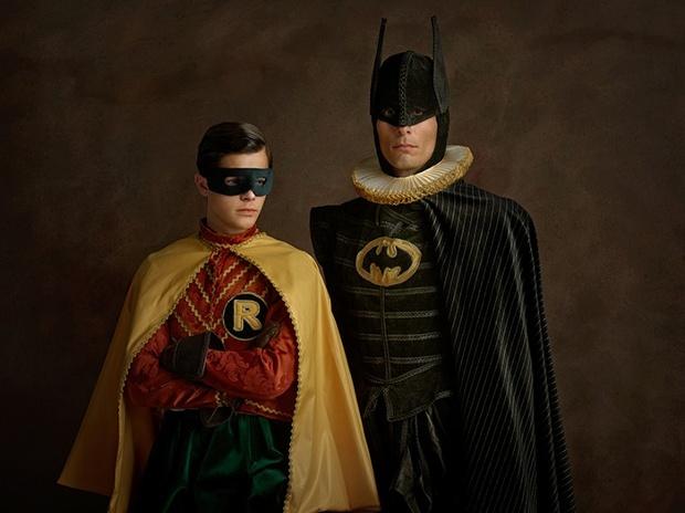 Portrett av to maskerte menn som ikke ser på hverandre