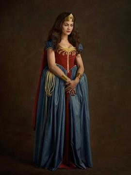 Kvinne i rødt og blått med diadem og lasso