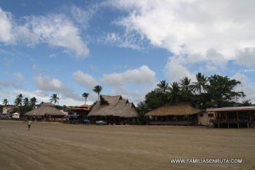 Los ranchos de la playa de San Juan del Sur contra el cielo