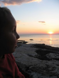 La puesta de sol contra el perfíl de nuestro hijo Cai