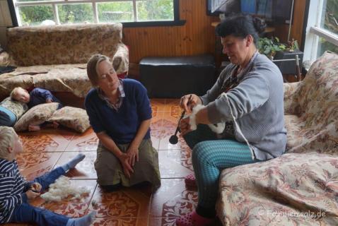Wolle spinnen lernen in der Pension Los Senderos de Chepu auf Chiloé
