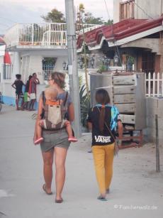Auf dem Weg ins Dorf von Malapascua Island auf