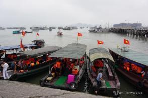 Boote im Hafen von Halong City