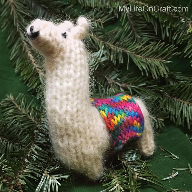 Knit Llama. Pattern by Luciana Jorge.