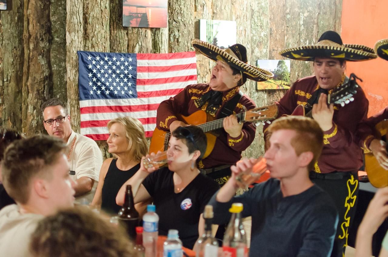En la noche, al finalizar el trabajo, los integrantes de la misión humanitaria festejan el cumpleaños de uno de los miembros, el voluntario japonés Stanley Sagara con 90 años de edad. La fiesta fue animada por un cuarteto de mariachis. (Elton Núñez)