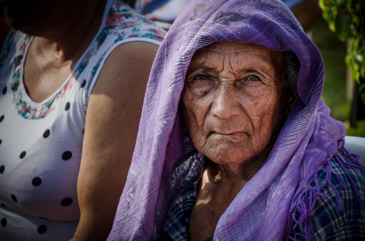 Una anciana proveniente del pueblo de Acahay soporta el calor del sol mientras espera su turno para ser atendida en compañía de su hija. (Elton Núñez)