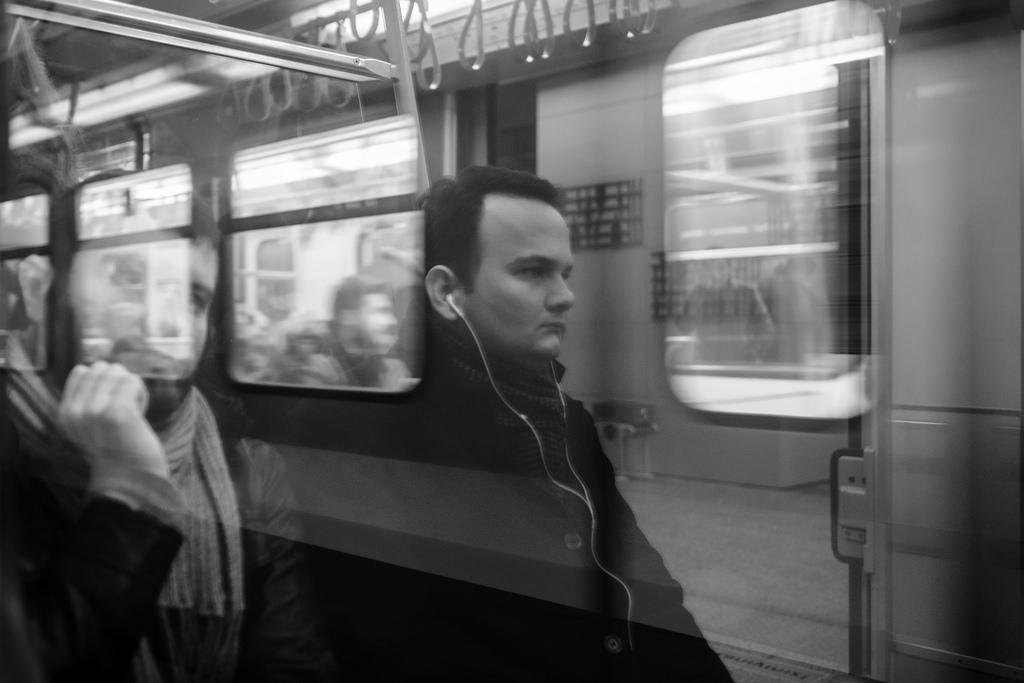 Imagen gratis de dos hombres en el metro