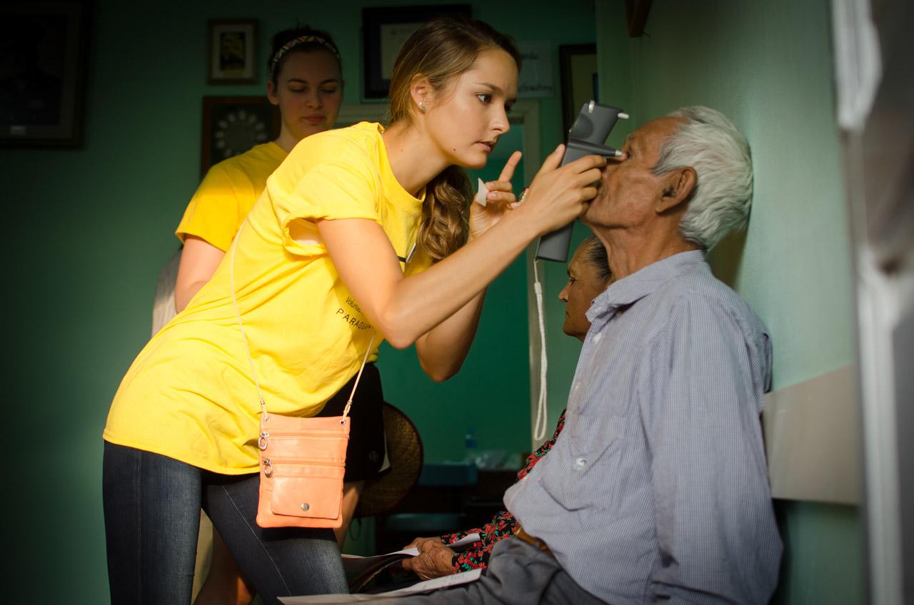 Annie Sager, voluntaria de V.O.S.H. realiza la tonometría a los pacientes con la ayuda del instrumento que le permitiría calcular rápidamente la presión intraocular. Gracias a este procedimiento se pueden detectar enfermedades como el glaucoma o la iritis. (Elton Núñez)
