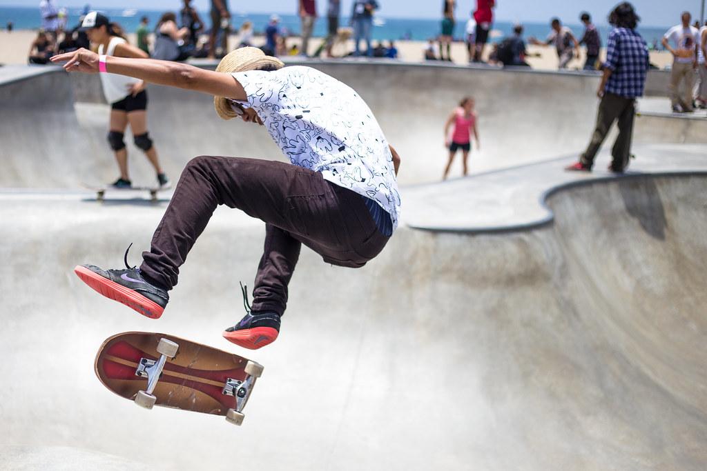 Imagen gratis de skaters patinando en una pista