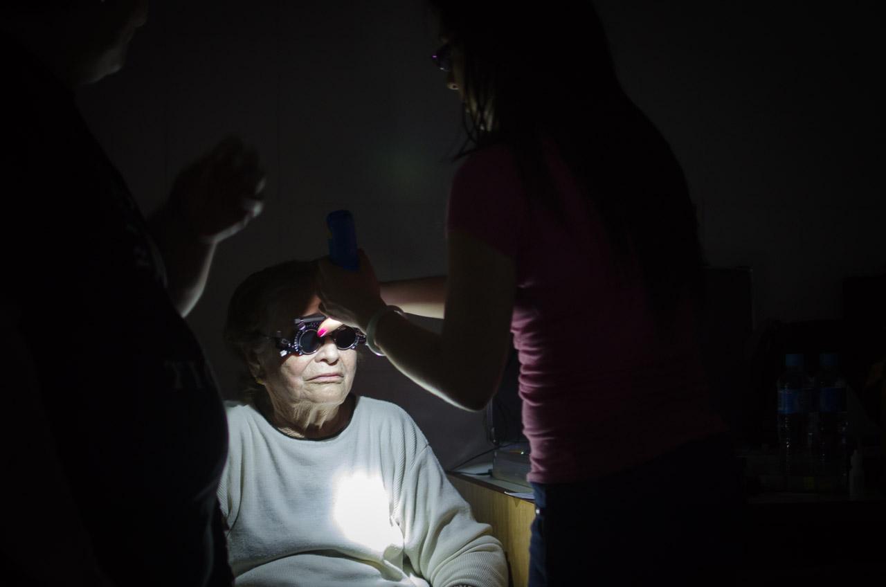 A pesar de los constantes cortes de energía eléctrica en la zona de Acahay los voluntarios de la misión continúan trabajando haciendo uso de todos los recursos disponibles como linternas convencionales, celulares, etc, para no defraudar a los pacientes que han estado esperando durante más de 8 horas para ser atendidos. (Elton Núñez)