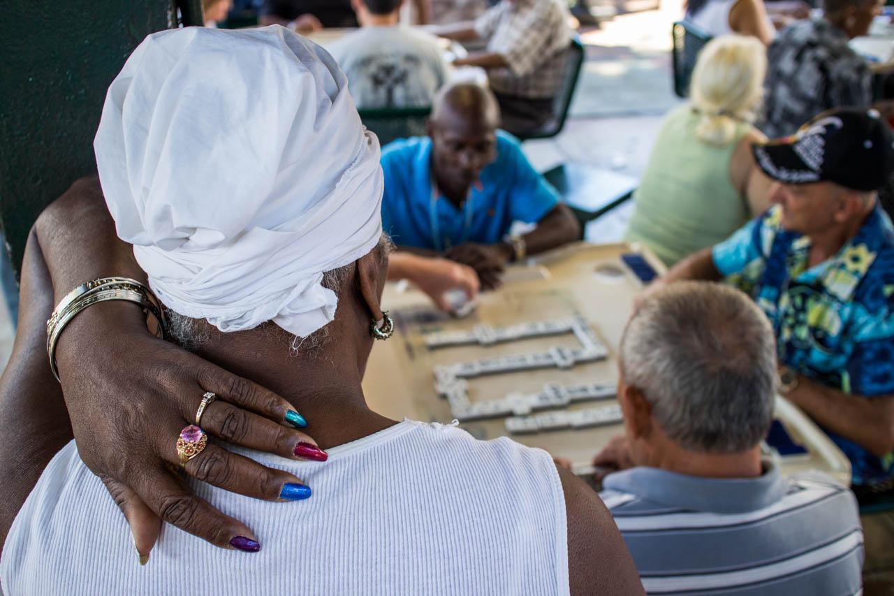 En el popular barrio de la Pequeña Havana, donde viven una gran cantidad de cubanos exiliados, amigos se reúnen a jugar al ajedrez  y al dominó. (Tetsu Espósito)