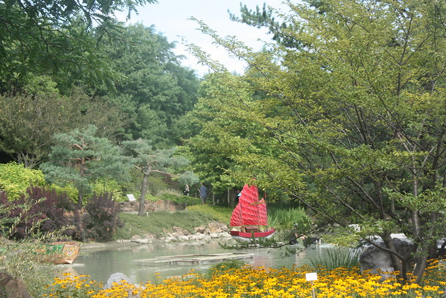 Montreal city break with children: the botanical gardens are one of the fun things for kids in Montreal with their many plant species, natural environments and safe open spaces