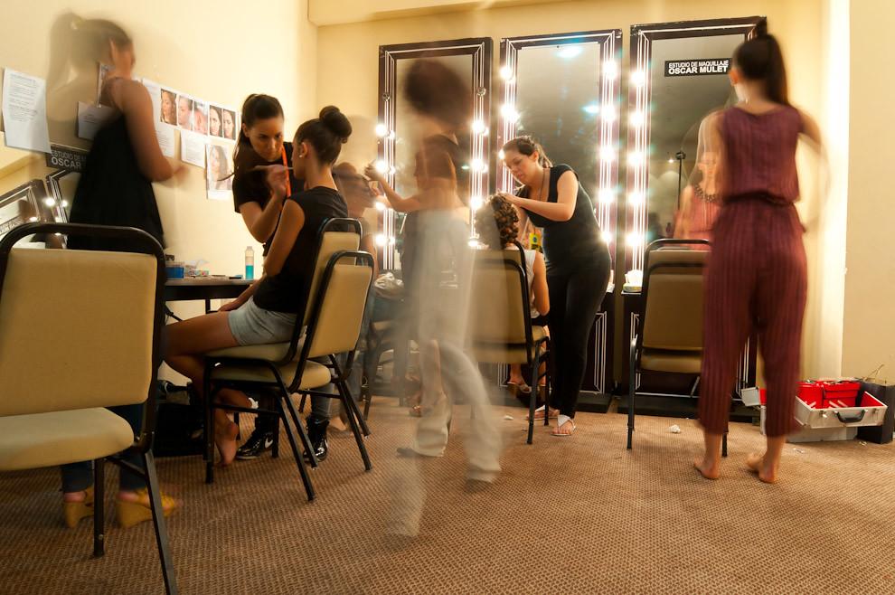 Profesionales del estudio de maquillaje Oscar Mulet haciendo su trabajo en el backstage preparando a las chicas para sus respectivos desfiles. (Elton Núñez - Asunción, Paraguay)